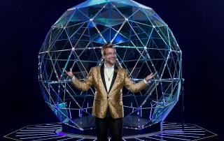 Adam Conover, host of The Crystal Maze on Nickelodeon. Photo: Gavin Bond/Nickelodeon ©2019 Viacom, International, Inc. All Rights Reserved.
